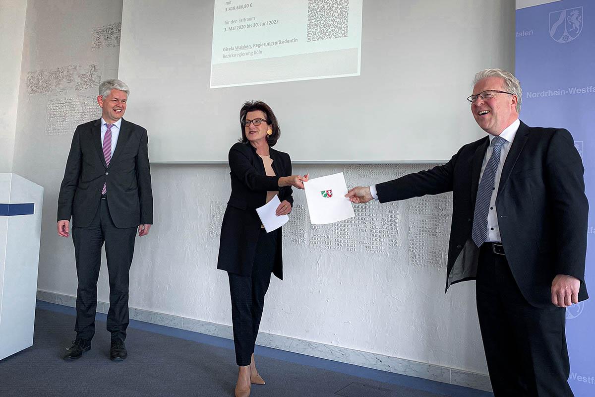 Übergabe des Förderbescheides für den Brainergy Park Jülich mit Dammermann, Walsken, Hoffschmidt (vlnr.) | Foto: Büro Patricia Peill